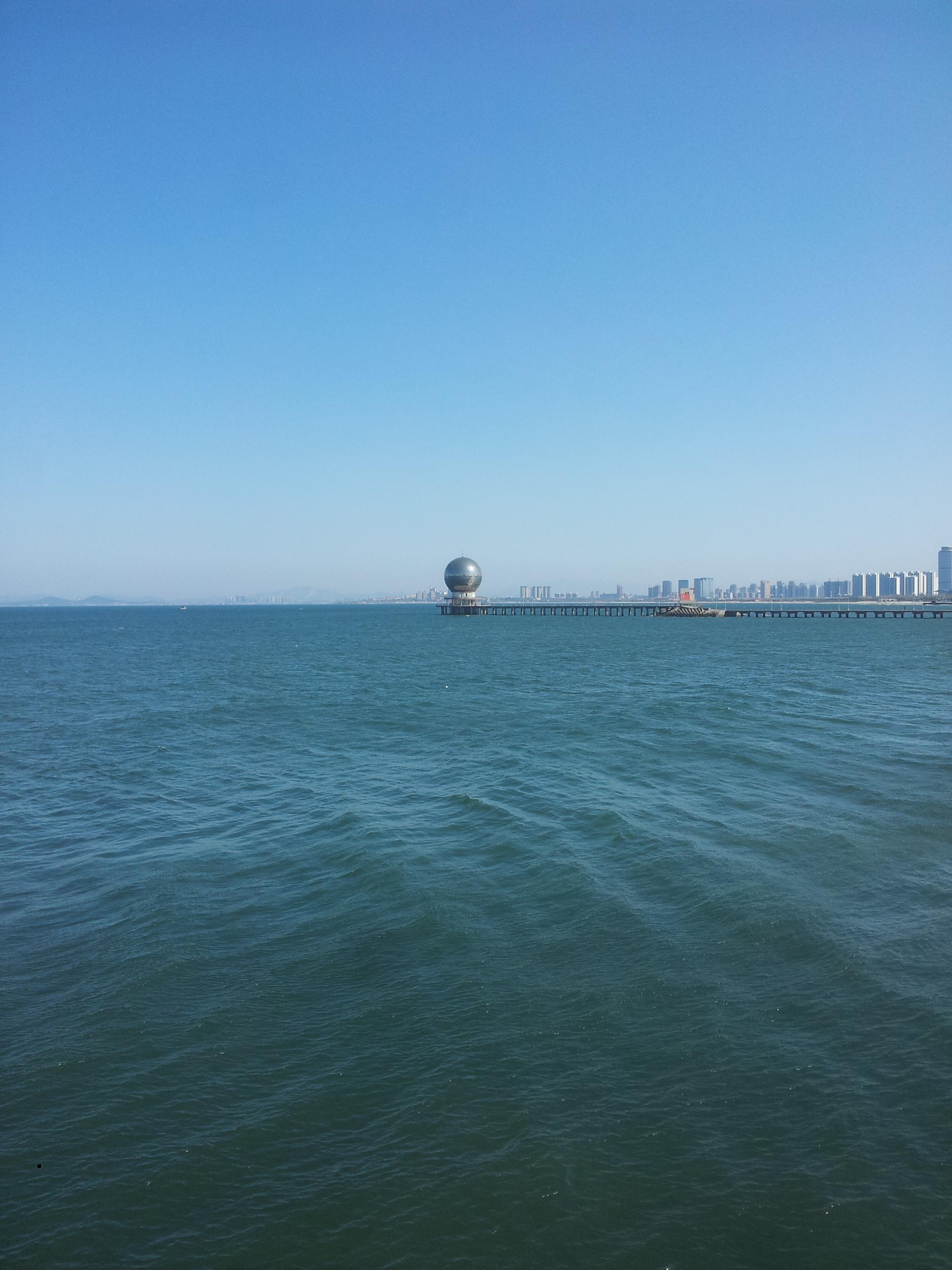 东边就是海,17路双层大巴从火车站到养马岛就行进在海边的滨海路上.