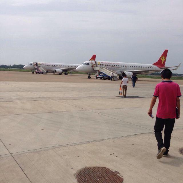 两架天津航空的飞机,型号是190.中型飞机