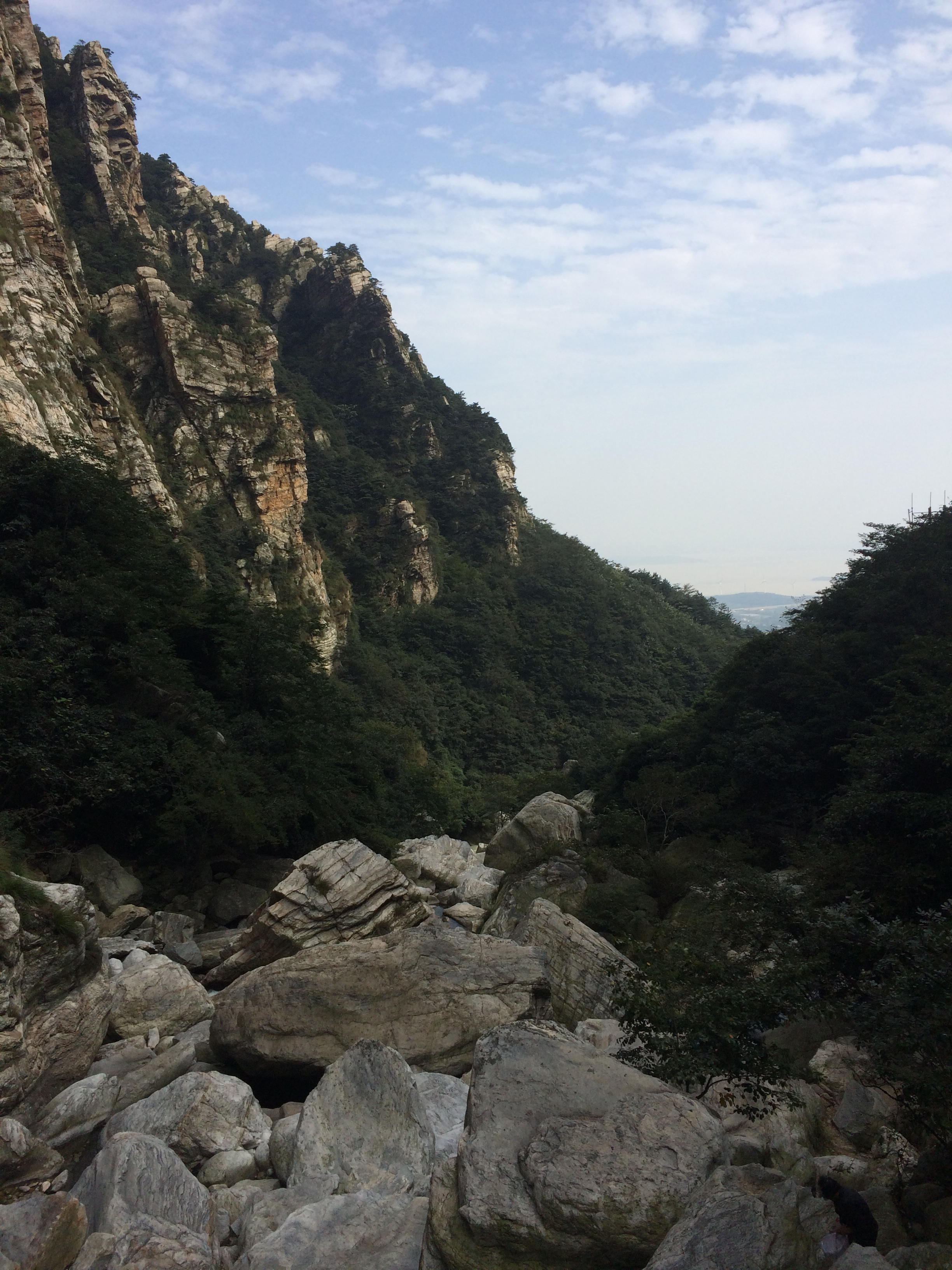 峡谷中有很多大石头,溪水在石头中缓缓流淌.水很清澈.冰凉凉的.