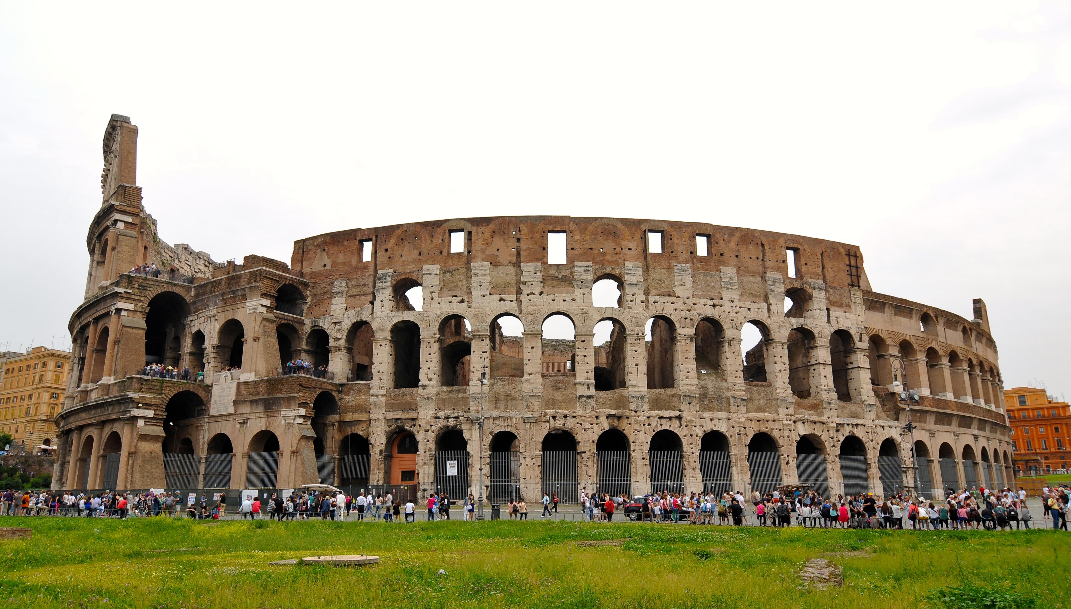 沿着罗马大道一直走就是古罗马圆形竞技场,这里一直都是罗马的象征