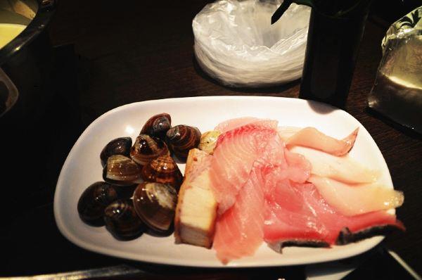 有心形標的地方為我們這次旅行的主要線路 第一天(8.16號 星期五)武昌---深圳 當晚入住羅湖口岸附近7天酒店。 第二天(8.17號 星期六)早上6:30從羅湖口岸過關到香港,在香港茶餐廳吃過早飯后就登上前往機場的大巴,等候登機(羅湖口岸通關時間:6:30-24:00)。12:05香港直飛台北桃園機場(如果有可能,建議驢友們選擇到達台北松山機場,因為松山機場就在台北市區,比較方便)。經過1個辦小時的灰行就到達了目的地,出關后可以看到觀光局旅客服務中心,在這裡可以免費拿到各種地圖,旅遊資料,15歲-30