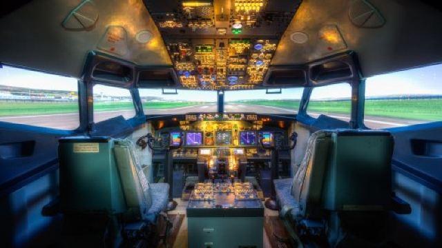 就是一个根据真实客机结构和尺寸1:1模拟的飞机驾驶