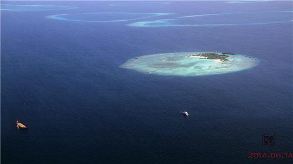 大大小小的浅蓝色的岛屿,星罗棋布地镶嵌在深蓝色的珠盘里,真是奇幻呀