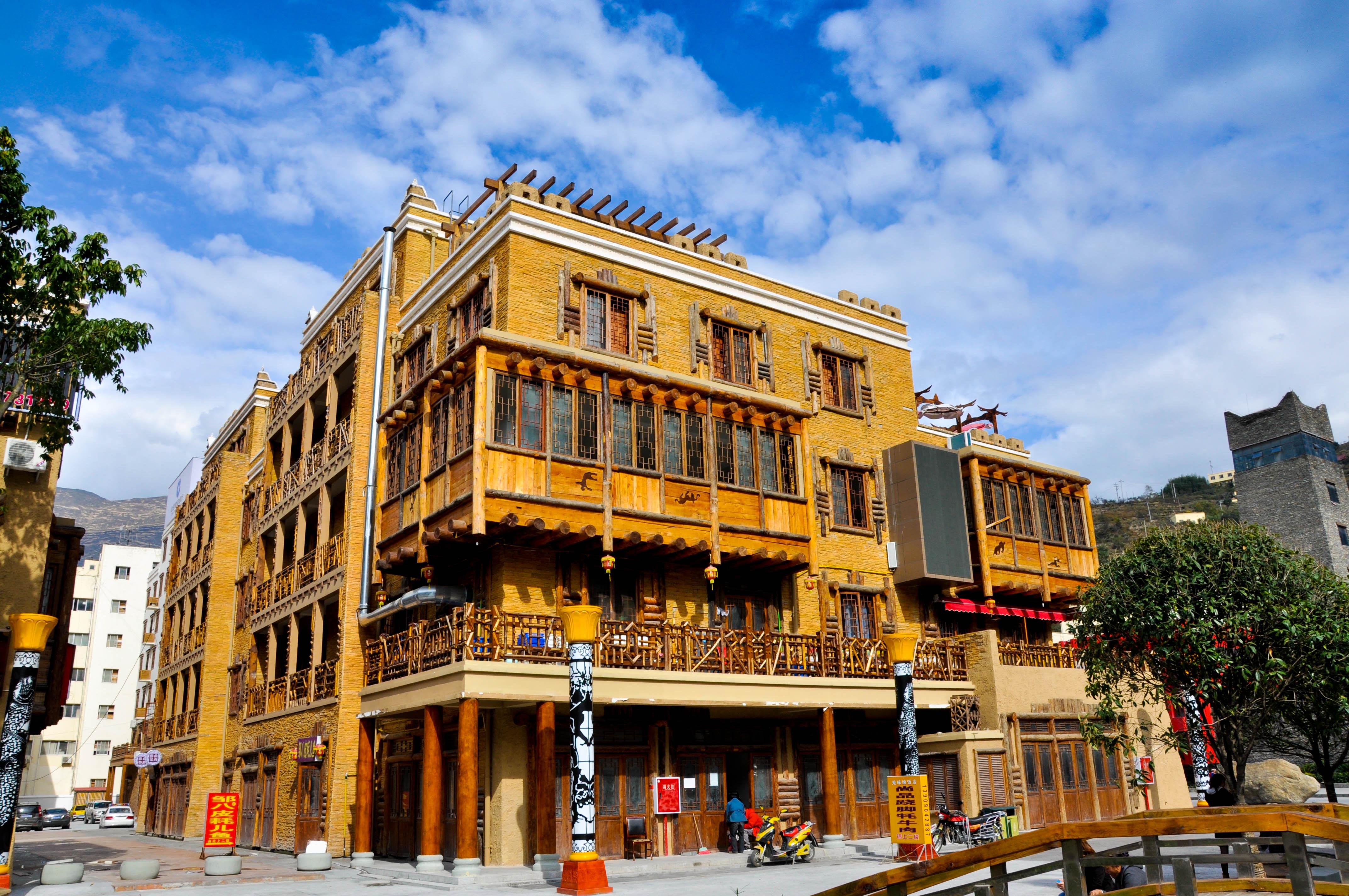 政府在建筑设计上都具有浓郁藏羌