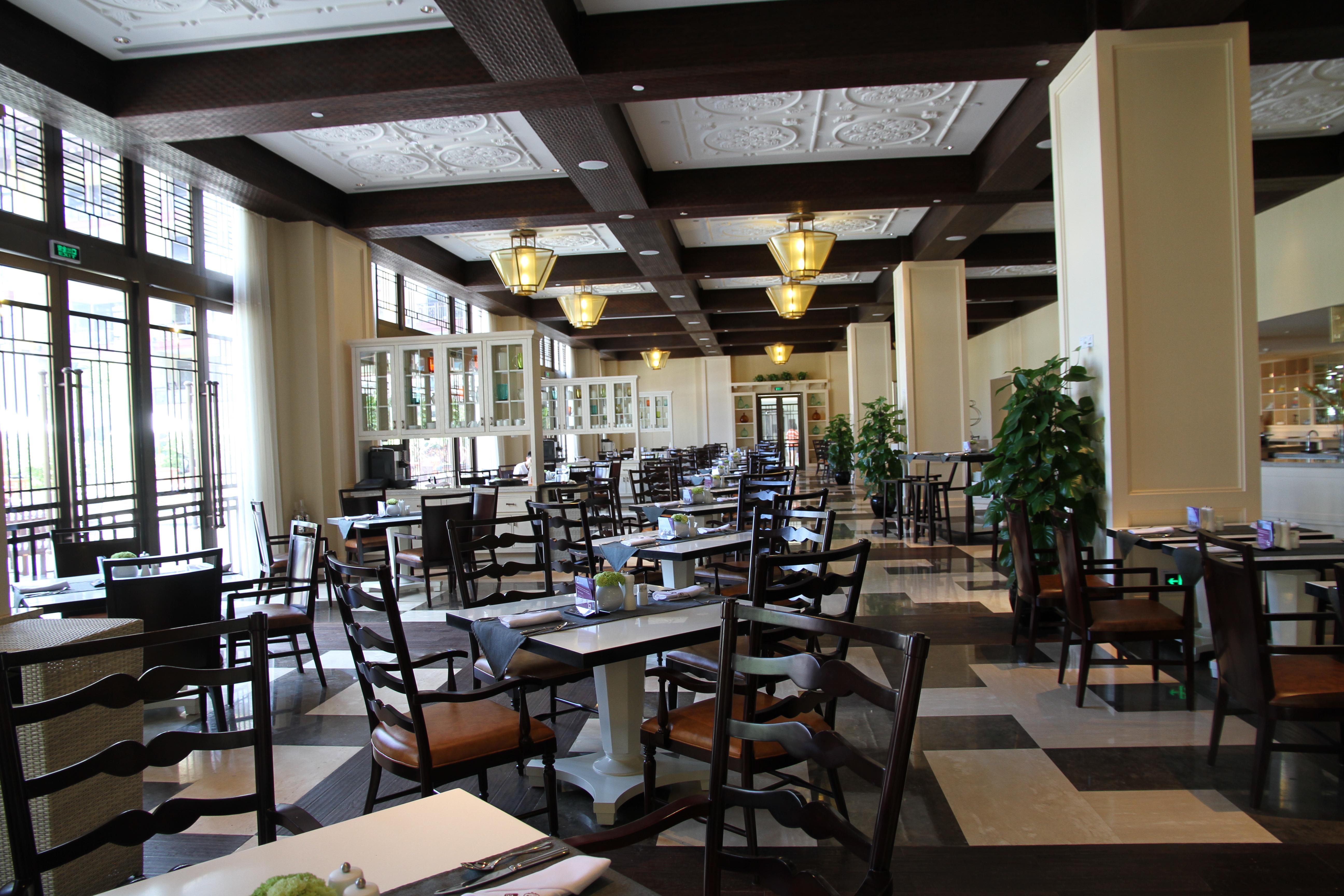 这里的自助餐比较贵,餐厅装修风格比较欧式田园,总体来说吃的和环境