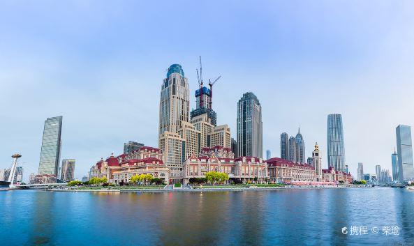 "<p class=""inset-p"">津湾广场位于天津市中心,火车站对面,正好是海河边的一个河湾处。这里也是天津市区最繁华的地带之一,因此津湾广场便成为了欣赏天津城市景观最好的去处。</p><p class=""inset-p"">津湾广场的周边有几处著名的看点,解放路曾是百年前的法租界,这里有大量优雅的法国建筑,沿河而建,非常漂亮;横跨河上的解放桥已经有一百多年的历史了,桥对岸的世纪钟更是天津的著名地标;天津站及其背靠的高楼则是一派繁华的现在市景,夜晚时亮灯之后绚烂迷人。来津湾广场参观和拍摄夜景如今是很多游人游玩天津时必做事项,若是情侣出行,更要在这里漫步,感受津门夜晚的浪漫。</p>"