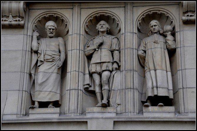 请注意大门上面的一排雕像中间不是国王,而是莎士比亚,说明文学家在