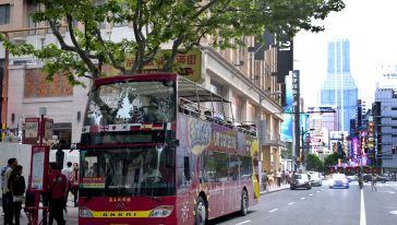 南京东路步行街口的旅游巴士
