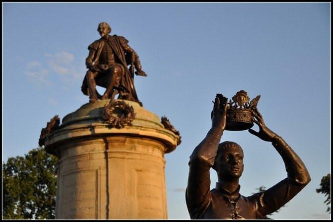 莎士比亚雕像四周有四个在他笔下有名的人物守卫着