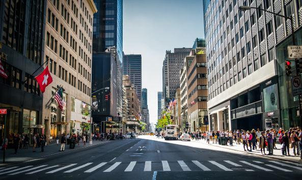 <p>第五大道是曼哈顿最出名的一条南北向主街道,整条街涵盖了多处纽约必去的景点和顶级百货商店,汇集了无数家全球奢侈品专卖店和旗舰店,高级定制服装、珠宝首饰、电子产品等应有尽有、极尽奢华,每天都吸引着世界各地的游人前来。</p><p><strong>景点</strong></p><p>帝国大厦、洛克菲勒中心、圣帕特里克教堂、中央公园、大都会艺术博物馆等</p><p><strong>顶级百货</strong></p><p>波道夫&middot;古德曼(Bergdorf Goodman)、萨克斯第五大道(Saks Fifth Avenue)等</p><p><strong>奢侈品</strong></p><p>普拉达、爱马仕、香奈儿、路易&middot;威登、蒂芙尼、卡地亚、范思哲等</p><p><strong>电子产品</strong></p><p>苹果零售店、VERTU旗舰店等</p>