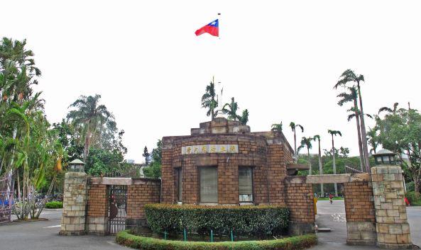 """<p class=""""inset-p"""">台湾的顶尖高等学府,创立于1928年,日据时期称为""""台北帝国大学"""",这里培育了台湾许多著名的学者和企业家,学科中又以医学系、法律系、电机系最为有名,著名学者傅斯年、白先勇、余光中都曾任职于此。</p><p class=""""inset-p"""">台湾大学的校园建筑风格和总统府一样,属于红砖外墙建筑,而建于1931年的学校大门已被台北市政府民政局定为市立古迹。沿大门往里走,是椰林大道,两旁是该校最早建立的教学楼群,整齐而风格一致,校园中有醉月湖和纪念傅斯年先生的""""傅钟""""。</p><p class=""""inset-p"""">图书馆位于椰林大道的终点,是值得驻足之地,从大门进入步行15分钟,建筑风格同样是红砖外墙,内部却舒适而现代,藏书量全台首屈一指,想要进馆,可在一楼的柜台用台湾通行证换证进入。</p><p class=""""inset-p"""">台湾大学附近是公馆商圈,校园周边是台北有名的二手书店区,如果时间允许,不妨沿温州街步行到青田街,沿途可以欣赏当年台大教授的日式建筑宿舍和台北最美的街道。</p>"""